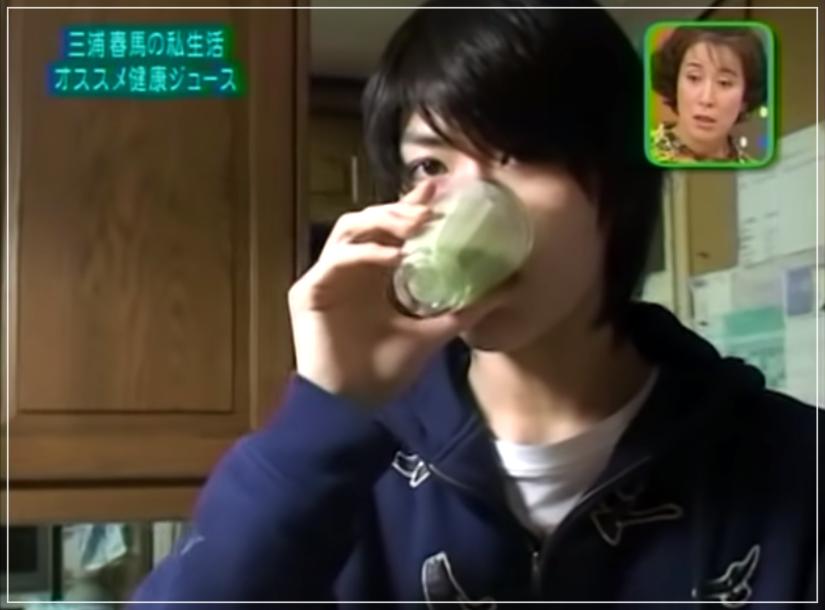 青汁ジュースを飲む三浦春馬