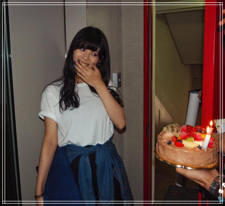 誕生日を祝う馬場ふみかと稲葉友